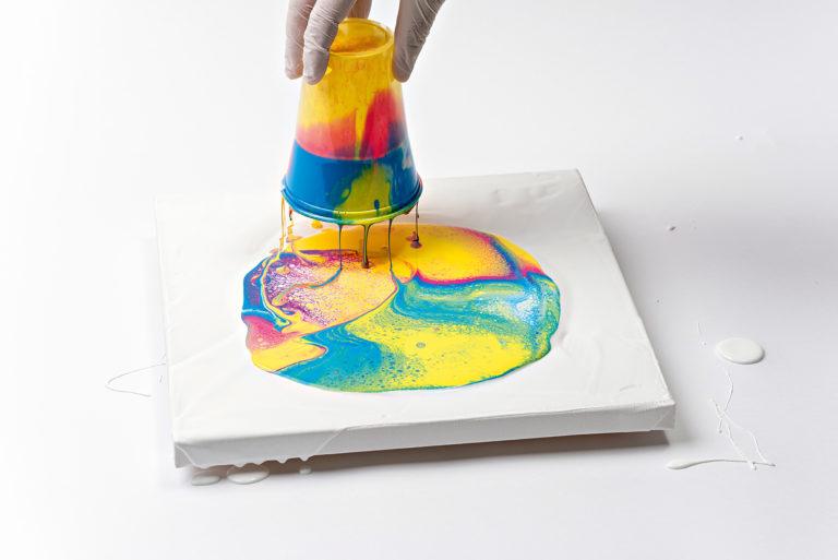 Farbe läuft aus dem Becher auf den Keilrahmen.