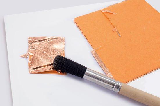 Blattmetall wird auf den Untersetzer aufgebracht.