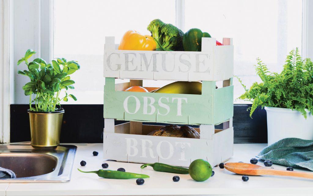 Bemalte Holzkisten für Obst, Gemüse und Brot.