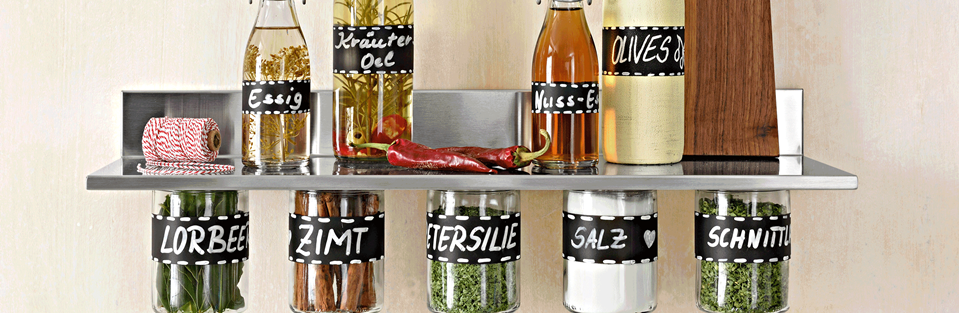 Vorratsgläser und Flaschen mit Tafelfarbe