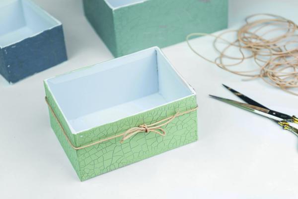 Die Schachtel wurde mit einem Band dekoriert.