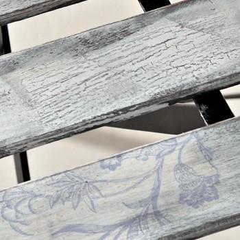 Die Sitzfläche eines Shabby Chic Stuhls, gestaltet mit Krakelee-Medium.