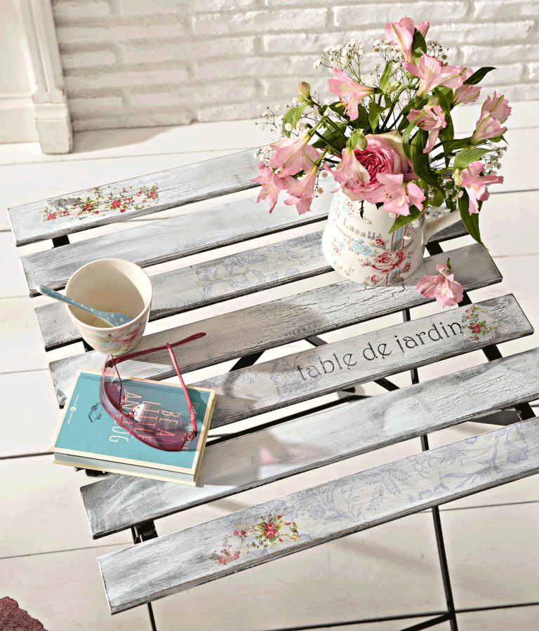 Ein fertig gestalteter Tisch im Shabby Chic Stil.