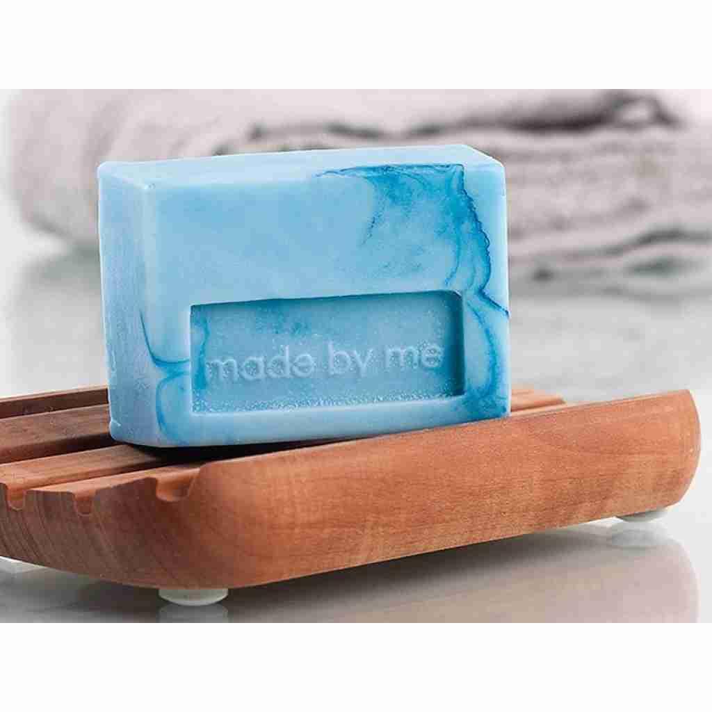 Blaue Seifen auf Holzschalen