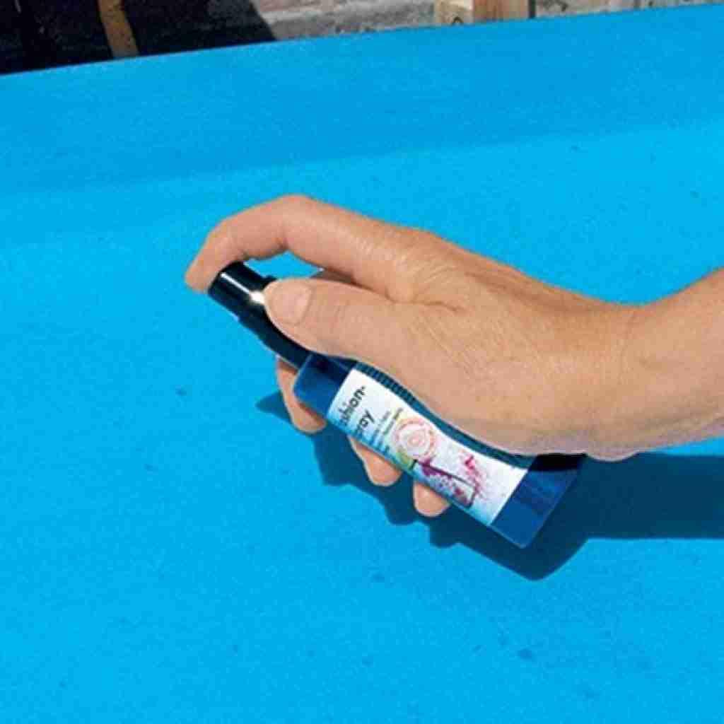 Fashion Spray wird auf einen Spannbezug aufgesprüht.