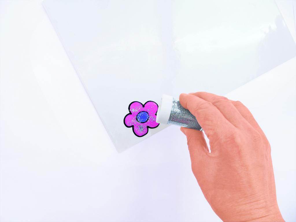 Eine Blume wird mit Flitter verziert,