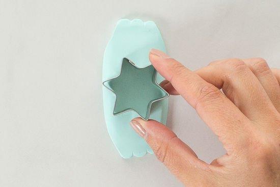 Ein Stern wird aus Fimo für das Mobile ausgestanzt.