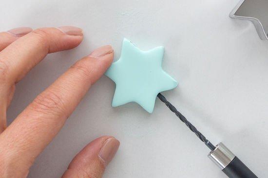 Ein Stern aus Fimo wird durchgebohrt
