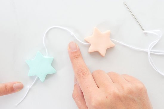 Fimo-Sterne werden aufgefädelt