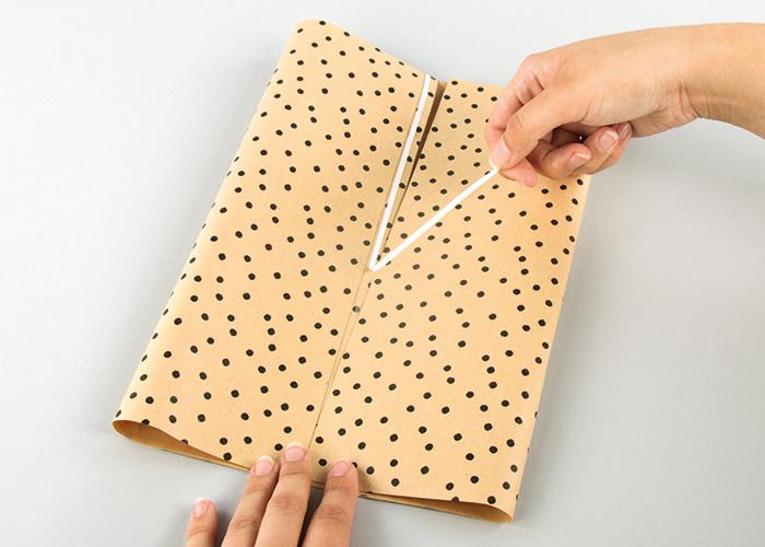 Der Bogen Papier wird zugeklebt.