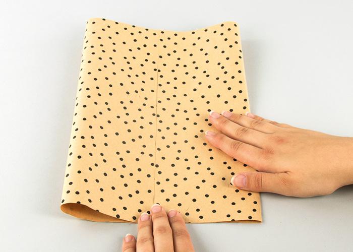 Das Papier wird ausgestrichen.