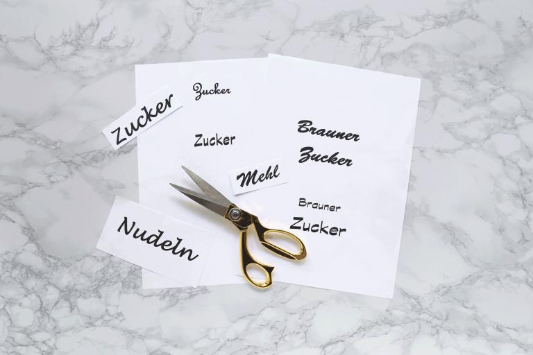 Etiketten werden zum Beschriften  für die Aufbewahrungsgläser ausgeschnitten.