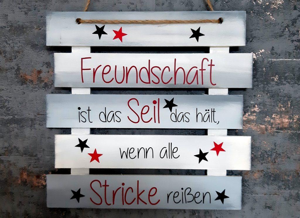 Ein Schild aus Holzlatten für Freunde.