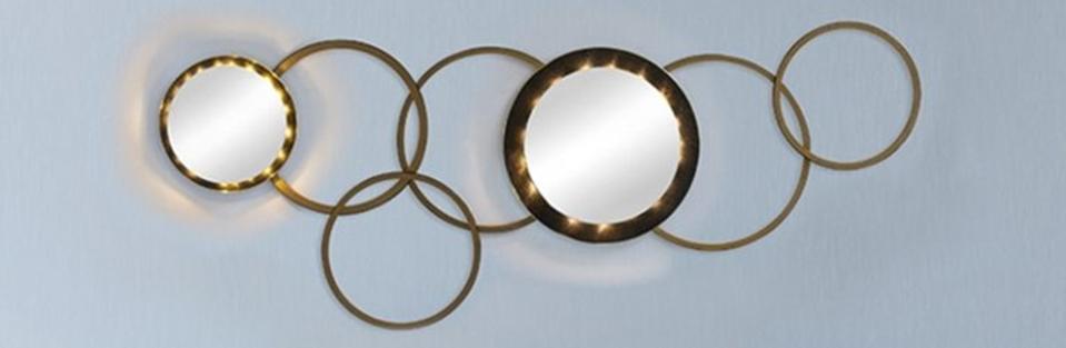 2 Spiegel kombiniert mit Holzringen und mit einer Lichterkette beleuchtet.