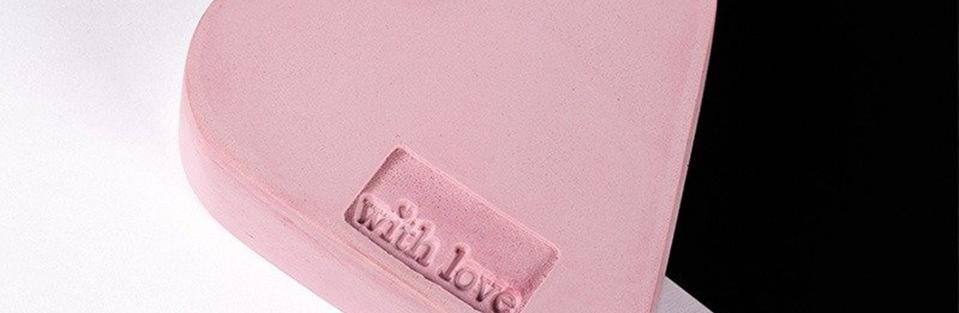 Ausschnitt eines Herz mit der Botschaft with love.