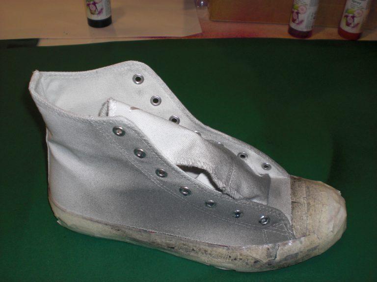 Ein Sneaker wurde mit grau für den Streetart Style eingesprüht.