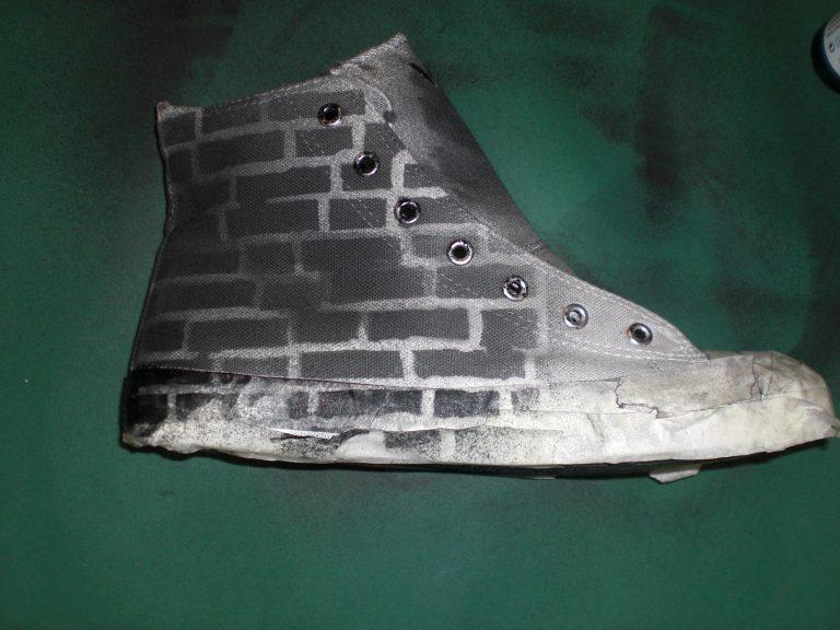 Der fertig gestaltete Sneaker im Streetart style.