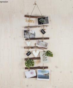 Holzleiter mit Postkarten