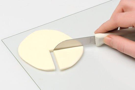 Aus einem Fimokreis wird ein viertel herausgeschnitten.