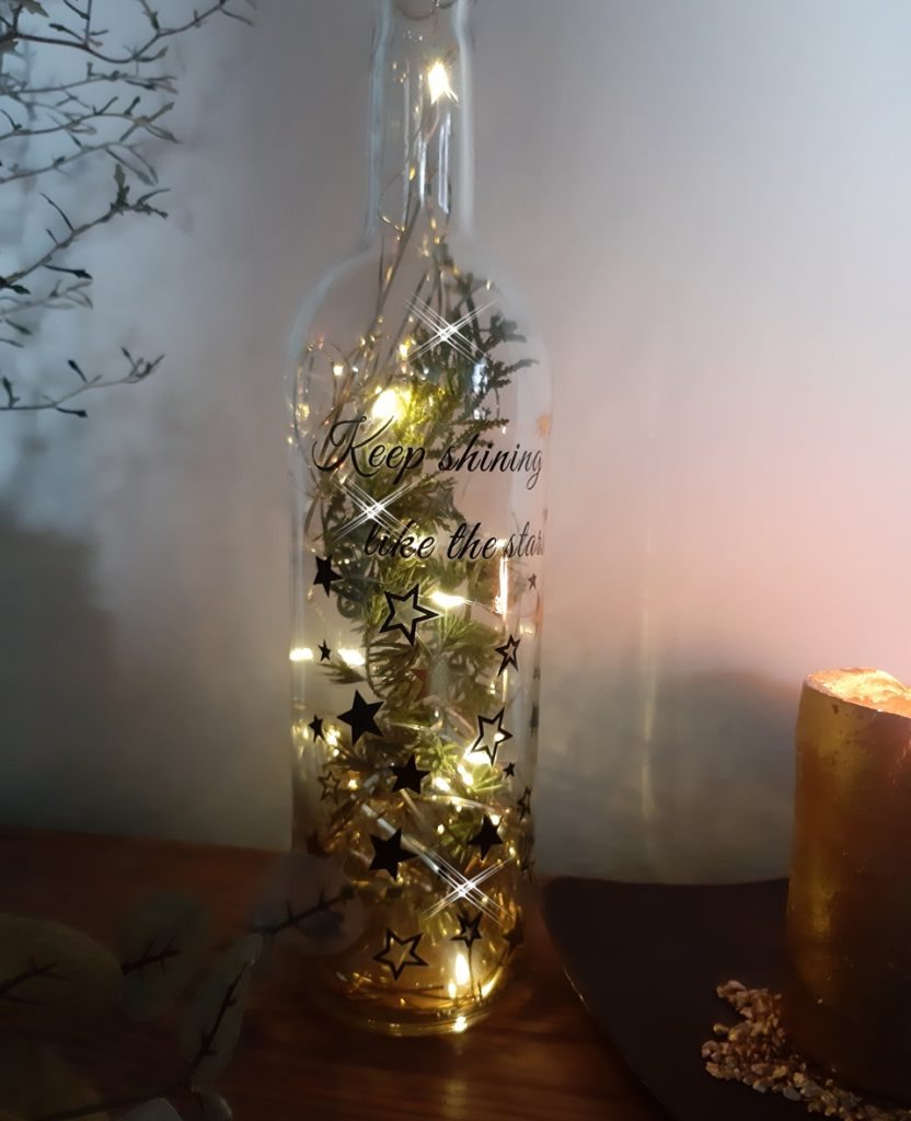 Festlicher Lichterglanz in einer Glasflasche mit einer LED-Lichterkette.