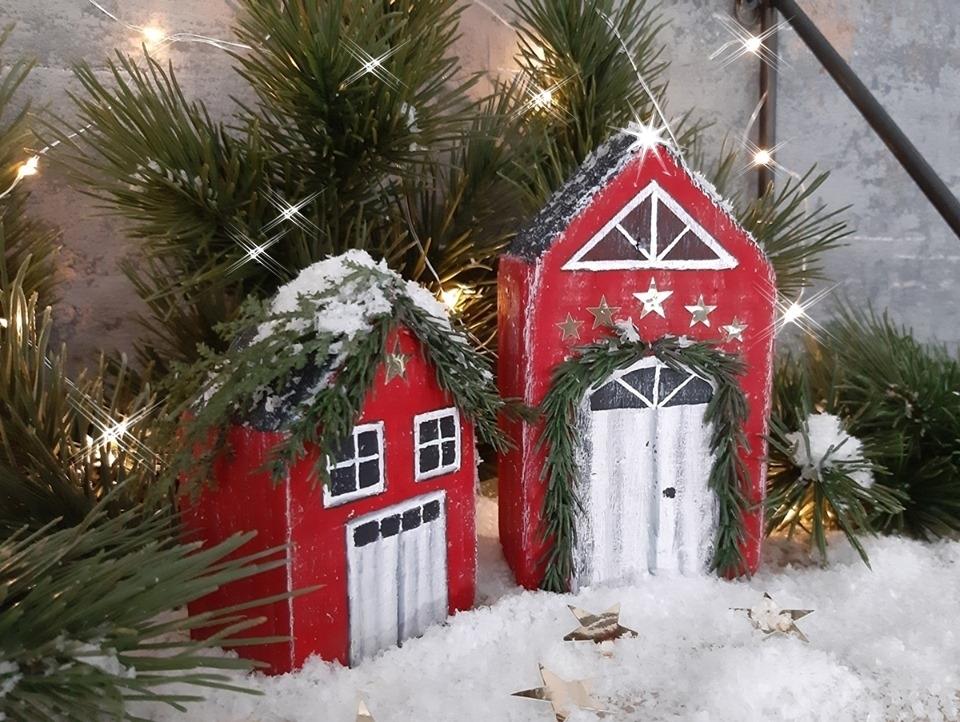 2 Häuser aus Holz winterlich bemalt mit Acrylfarben.