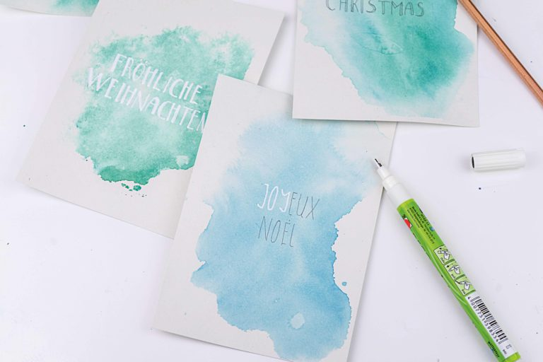 Die Weihnachtskarten werden mit dem Deco Painter beschriftet.