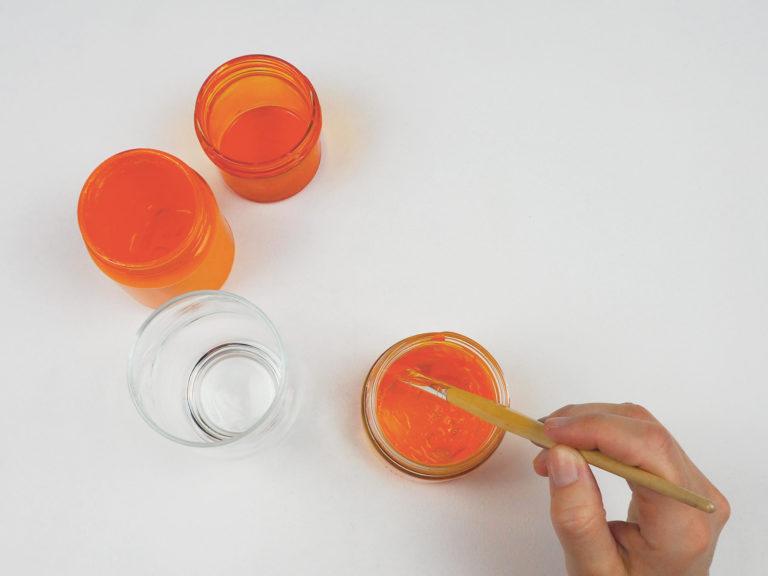 Die Gläser werden mit Glasmalfarbe bemalt.