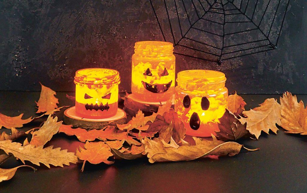 3 leuchtende Halloween-Lichter aus leeren Gläsern.