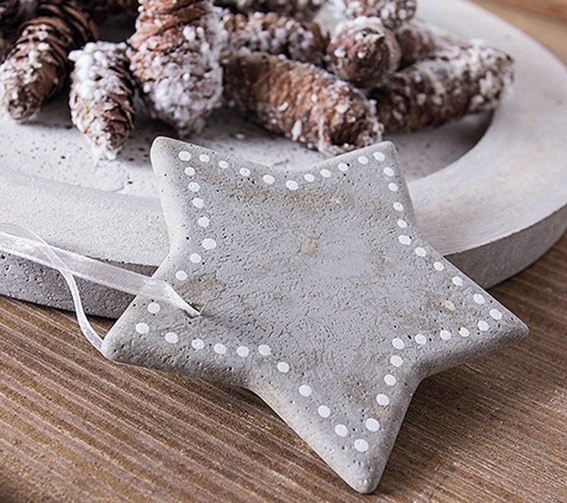 Ein Stern vor einer Schale aus Beton.