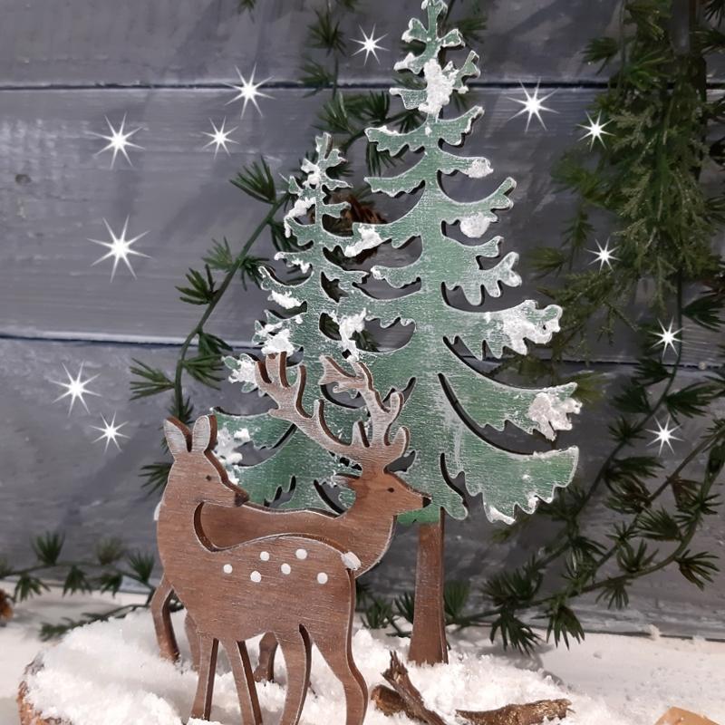 Wald-Idylle aus bemalten Holzfiguren mit Tannen und Rehen.