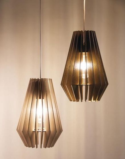 2 hängende Lamellenlampen.