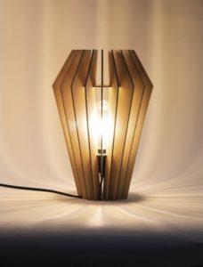 1 stehende Lamellenlampe.