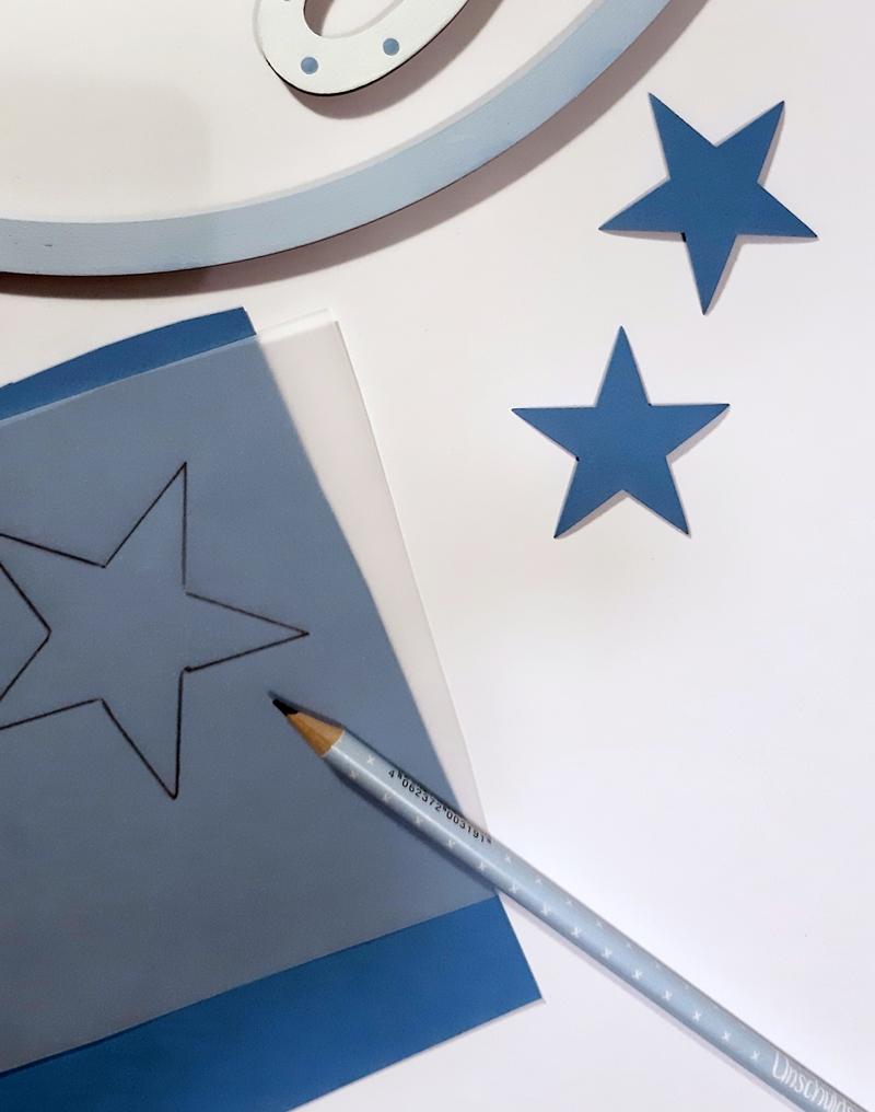 Ein Stern wird auf Fotokarton übertragen.