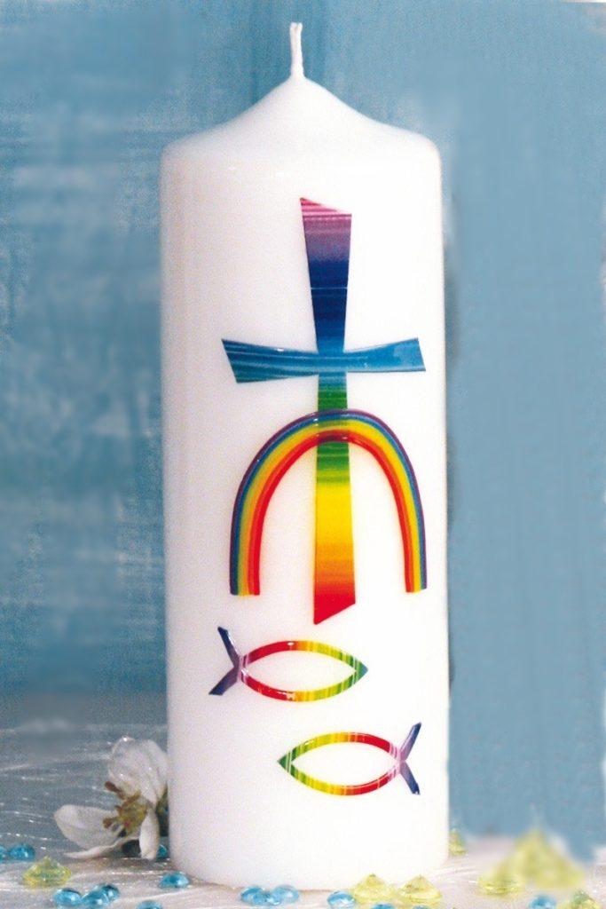 Eine Kerze zur Konfirmation mit Fischen, einem Kreuz und einem Regenbogen.