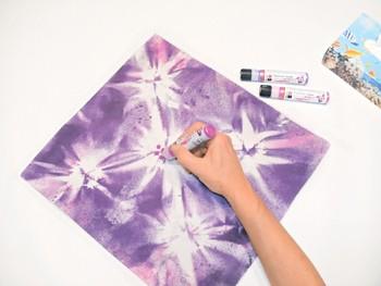 Stilisierte Blütenmitten werden aufgemalt.