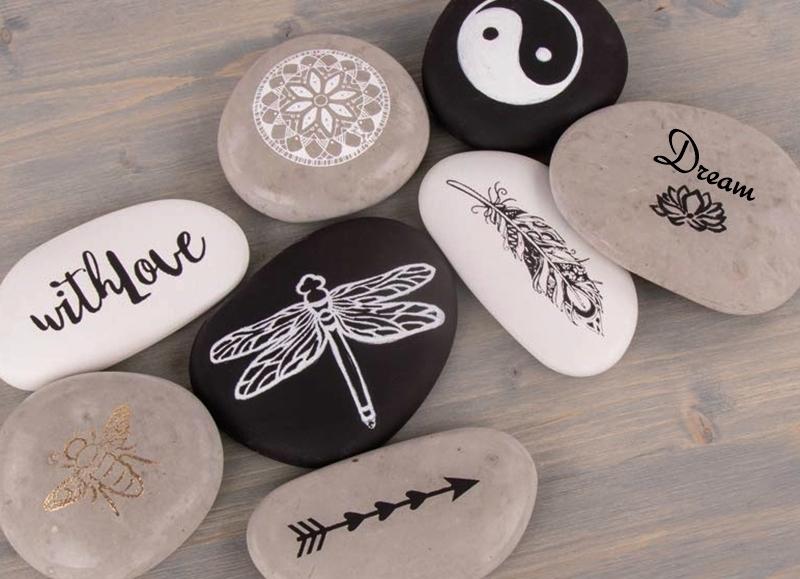 Gegossene Steine aus Beton mit Ornamenten bemalt