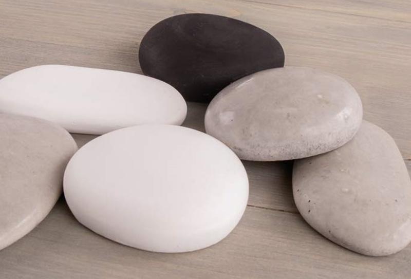Steine aus Gießmasse und Beton.