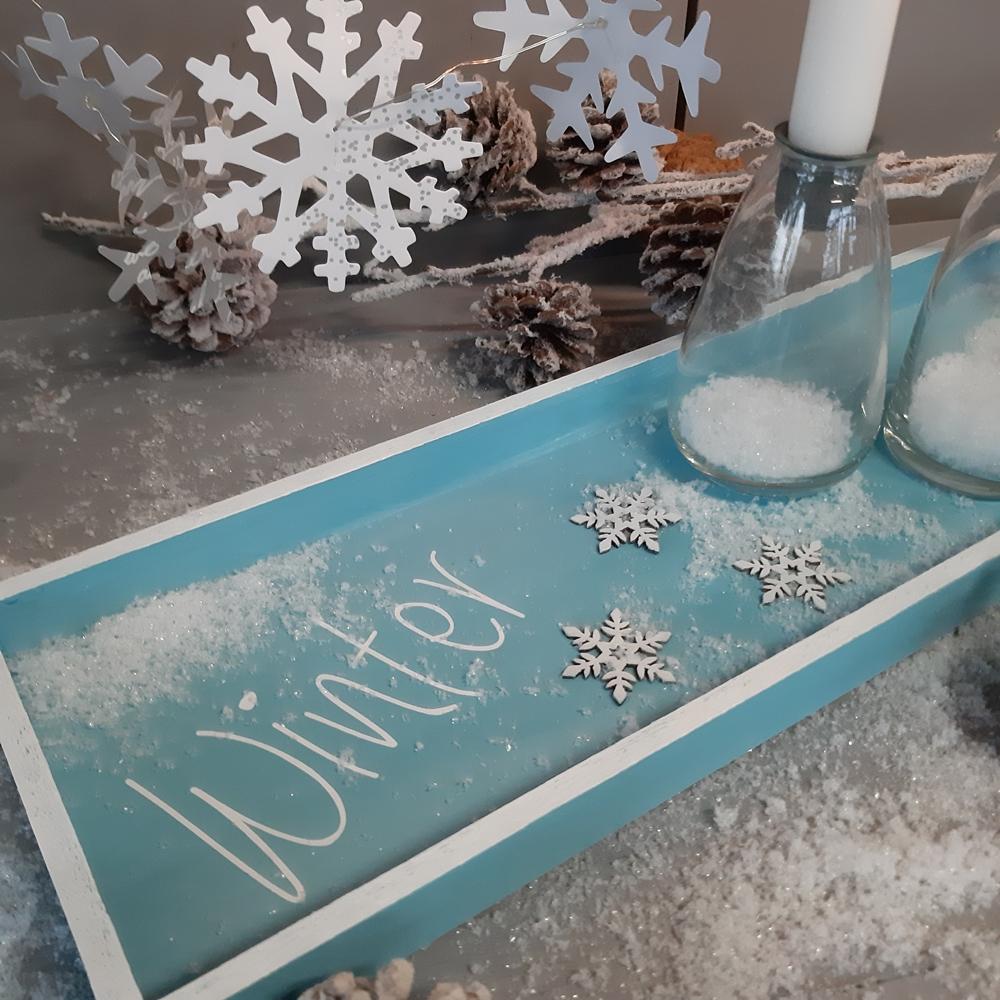 Die Detaiansicht vom Tablett für winterliche Dekorationen.