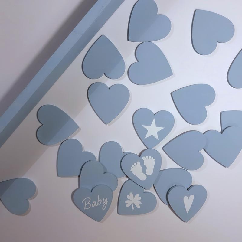 Hellblaue Herzen aus Holz.