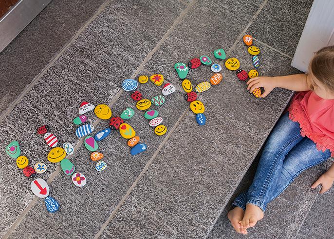 Das Wort Happy aus bunten Steinen gelegt.