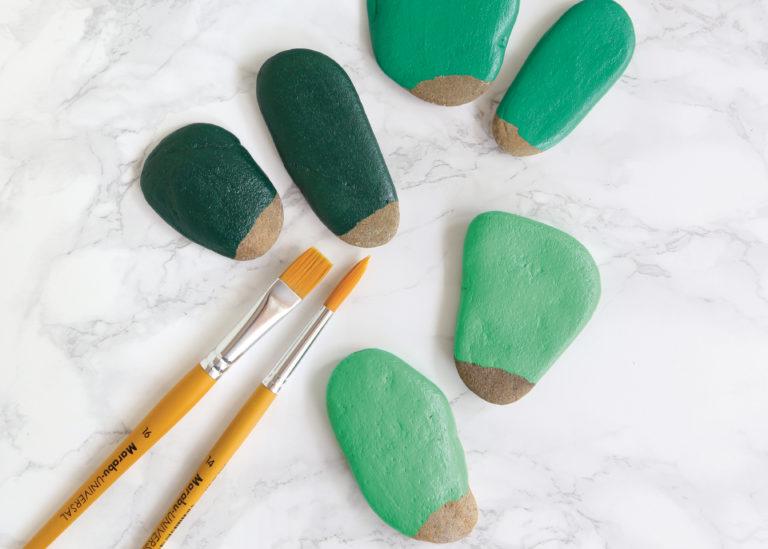 Steine zum Bemalen mit Bastelfarbe.