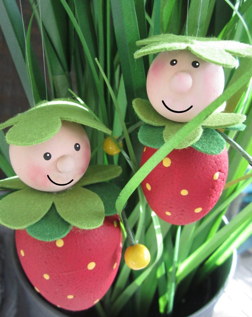 2 Erdbeerkinder im Blumentopf.
