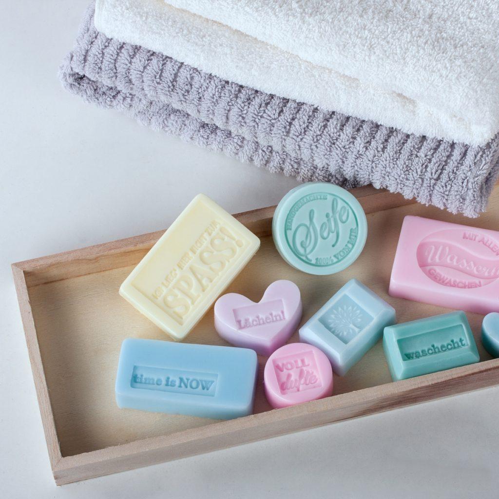 Diverse Seifenstücke zum Händewaschen.