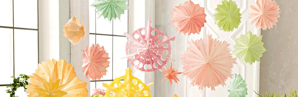 Papierblumen in Pastellfarben