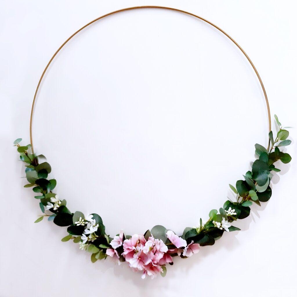 Ein Metallring mit Hortensien