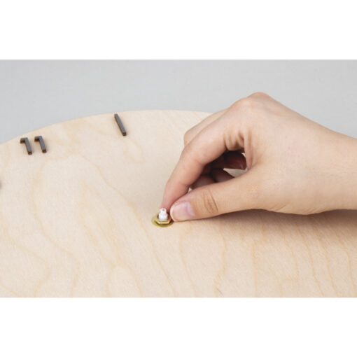 Wanduhr aus einer Holzplatte