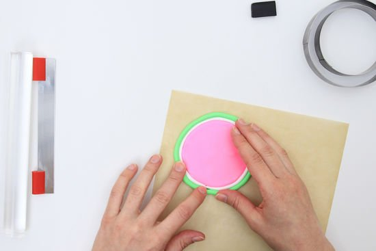 Ein Glasdeckel als Melone wird geformt.