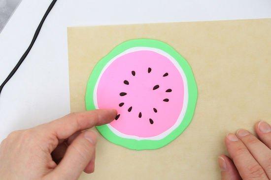 Eine Melone aus Fimo wird geschichtet.