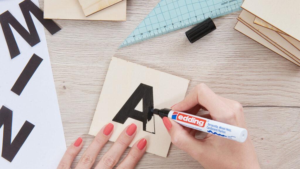Das A wird mit einem schwarzen Stift ausgemalt.