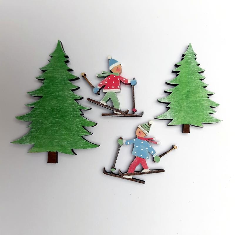 Skifahrer und Tannen aus Holz.